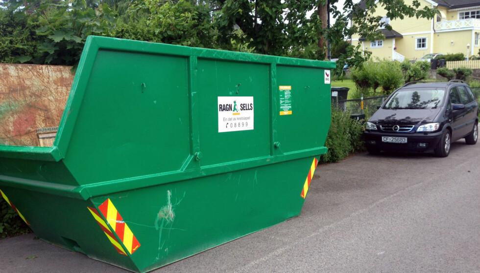 PLASSERT I VILLASTRØK: Det gikk ikke mange dager før folk begynte å dumpe usortert søppel i containeren som stod plassert i villastrøket som et eksperiment. Foto: Ragn-Sells.