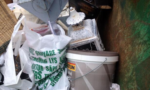 DÅRLIG BLANDING: I løpet av de få dagene containeren stod plassert på gaten, valgte tilfeldig plasserende å dumpe sitt usorterte søppel i den - helt uten tillatelse. Foto: Bente Åsen Sørum.