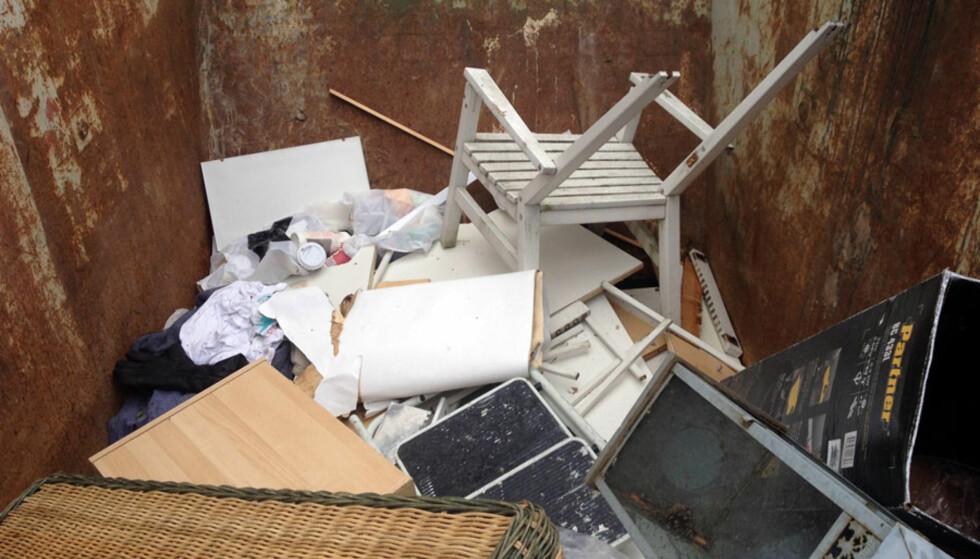 KAOS: Alt fra farlig el-avfall, malingspann, gamle møbler, papir, plast og mat ble kastet i containeren. Foto: Bente Åsen Sørum.