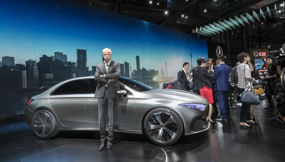 FØR-PREMIÈRE: Her viser toppsjefen for Daimler-konsernet, Dieter Zetsche, konseptbilen som foranlediger neste generasjon A-klasse, som vi trolig vil få se til neste år. Foto: Daimler