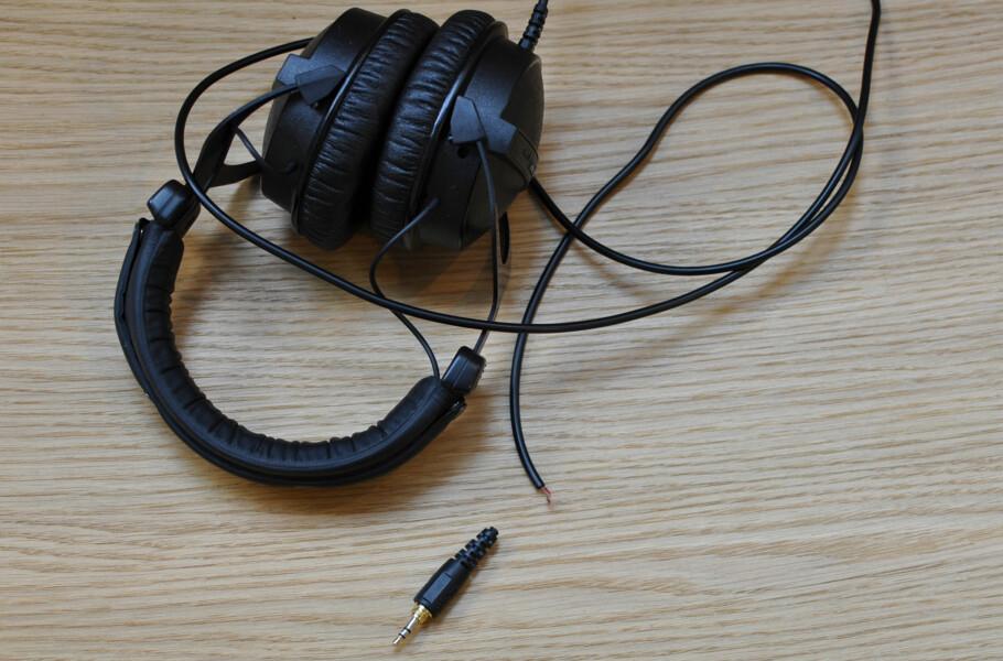 KJEDELIG: Ledningene til hodetelefonene er ofte skjøre greier, men fullt mulig å reparere. Foto: Tore Neset