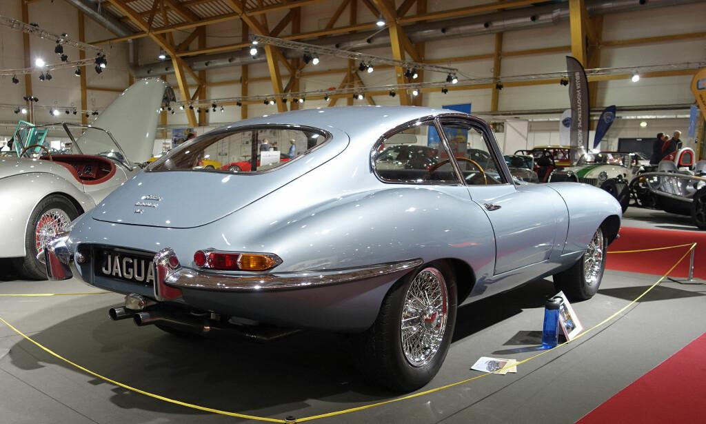 DEN VAKRESTE? Ifølge Enzo Ferrari var Jaguar E-type tidenes vakreste bil - intet dårlig skussmål! Dette er en strøken 4.2-liter Fixed Head Coupé med kort akselavstand, fra 1965, i Morten Larsens eie. Foto: Knut Moberg