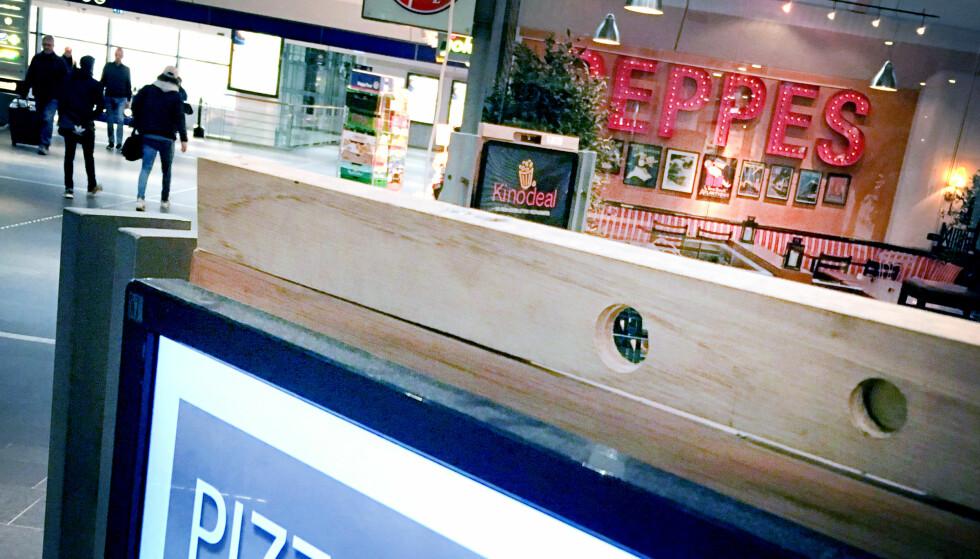 TOMT HULL: Slik ser skjermene utenfor Peppes Pizza på Oslo S ut nå. Kameraene, som ble brukt til å analysere fjesene til dem som sto foran skiltet, er nå fjernet. Foto: Ole Petter Baugerød Stokke