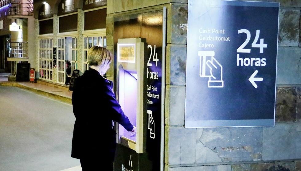 TA UT KONTANTER: Får du tilbud om en gunstig valutakurs, eller ikke? Det kan du sjekke før du tarut kontantene. Foto: Ole Petter Baugerød Stokke
