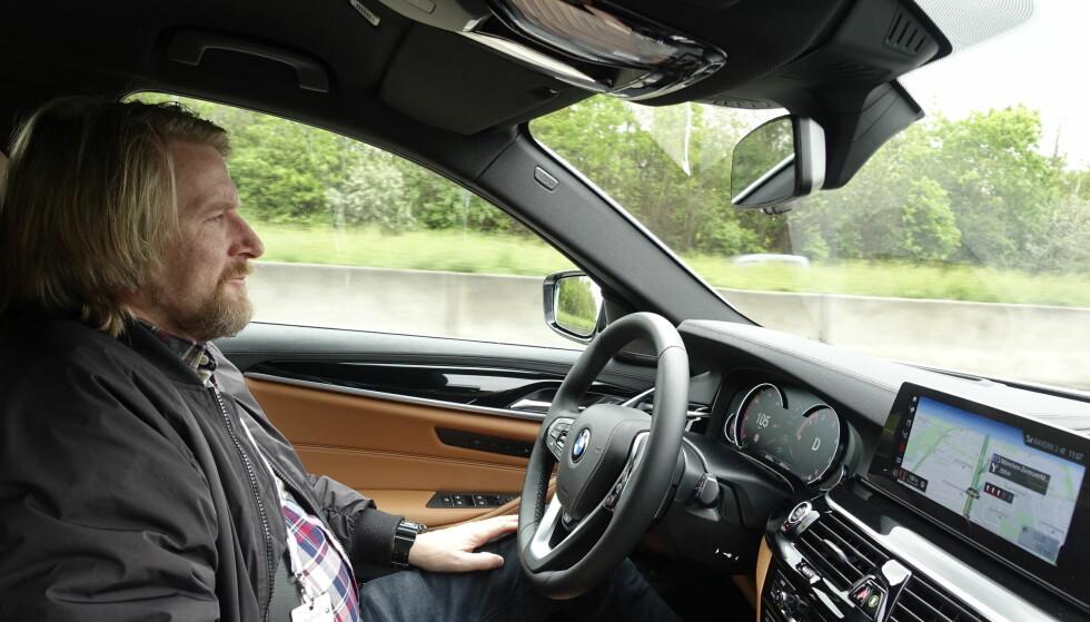 SELVKJØRENDE: Det var duskregn i München under testdagen og da fortalte nok regnsensoren at den ikke ville la bilen kjøre all verden uten menneskelig hjelp. Vi kjørte med systemet opp til 180 km/t og selv om det var lite biler på veien og rimelig oversiktlig, måtte vi innom rattet så ofte at man man ikke velger å benytte seg av funksjonen. Foto: Rune M. Nesheim