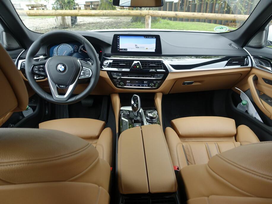 GJENKJENNELIG: Alt er nytt, men man er aldri i tvil om at man sitter i en BMW. Head up-displayet opptar vesentlig større del av frontruta, og instrumentpanelet er heldigitalt. Foto: Rune M. Nesheim
