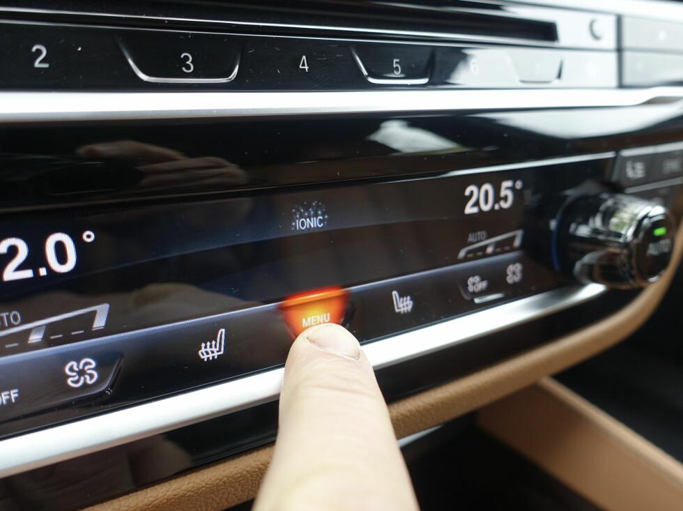 BERØRING OG TRYKK. Alle knapper i midtkonsollen har avanserte knapper som kjenner berøring, og noen knapper lyser opp, som her. Samtidig er det lagt inn en fjærbelastet svikt som gir den en knappefølelse. Mye teknologi for et litt annerledes utseende. Knapperaden med tall kan forresten pragrammeres med snarveier til mye brukte funksjoner.