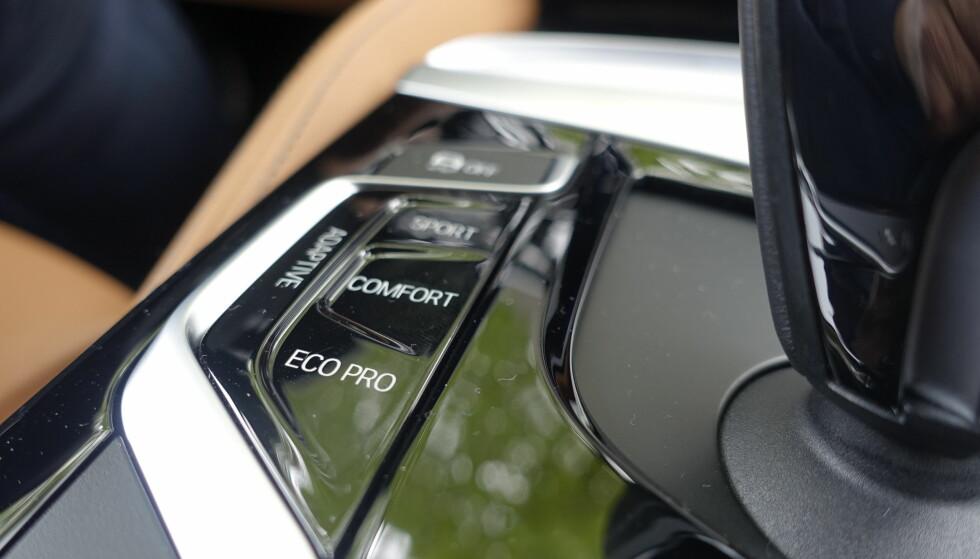 FIRE VALG: Du kan la bilen velde oppsett selv etter kjøremønster, eller selv velge mellom Sport, Comfort eller Eco Pro. Hvor mye som justeres avhenger av hva slag utstyr du velger. De adaptive demperne ga ikke overdrevent store forskjeller på kjøreopplevelsen. Foto: Rune M. Nesheim