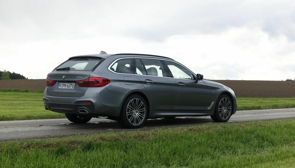 ALT NYTT: BMW har sin helt egen design, og det gjør at familielikheten med den gamle er så stor at man nesten ikke ser at den er ny. Testet 530d er utstyrt med den sportslige M-Pakken, noe de fleste trolig vil velge her hjemme. Bak skiller den seg ut med de kraftige profilene på hver side av fangeren og de spesielle enderørene. Foto: Rune M. Nesheim