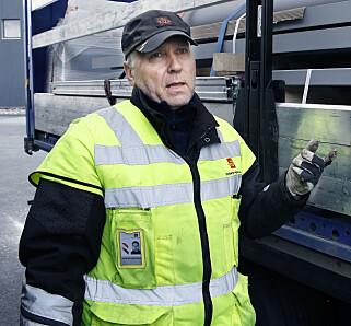 – MYE SLURV: Fagleder Øyvind Grotterud ved Vegvesenets kontrollstasjon på Svinesund er bekymret over lastsikringen til flere av vogntogene. Foto: Jacque Hvistendahl