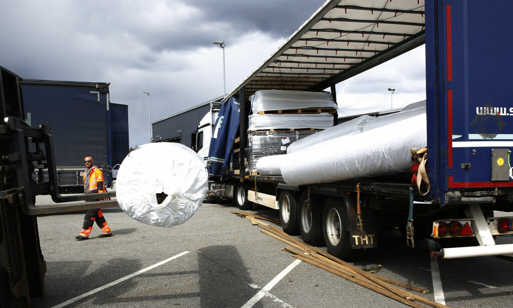 LAST FALT UT: Da denne lastebilen ble tatt til side for kontroll av lasten, falt flere av kunstgressbane-rullene ut. . Foto: Jacque Hvistendahl