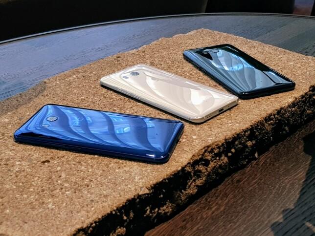 TREKLØVER: Dette er henholdsvis blå, hvit og sort utgave av HTC U 11. I tillegg lanseres telefonen i «amazing silver» og rød farge. Kun sort og sølv kommer til Norge, dog. Foto: Pål Joakim Pollen