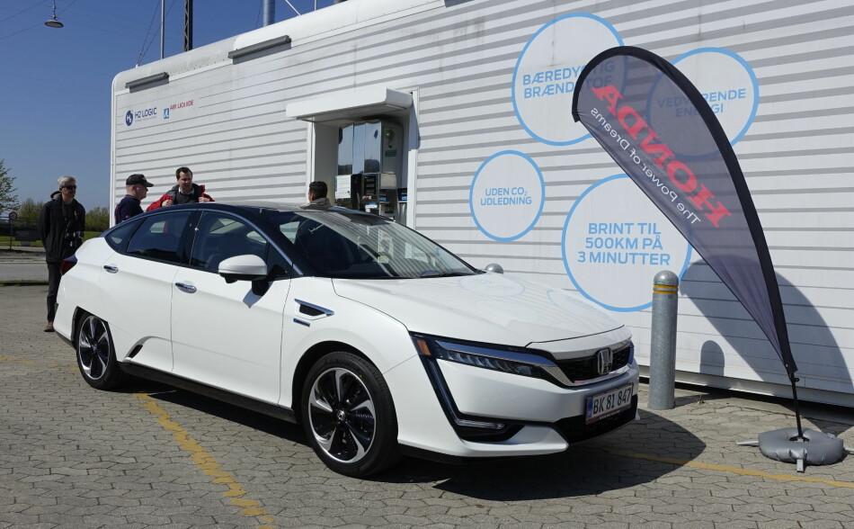 MER AVANSERT: Designen forteller at det er noe annerledes og Honda Clarity er da også en av svært få brenselcellebiler, altså en bil med hydrogen på tanken, som via brenselcellene forsyner den elektriske motoren som driver bilen, med strøm. Med forlenget rekkevidde og fem komfortable sitteplasser, fører den hydrogenbilen et hakk fremover i utviklingen. Foto: Knut Moberg