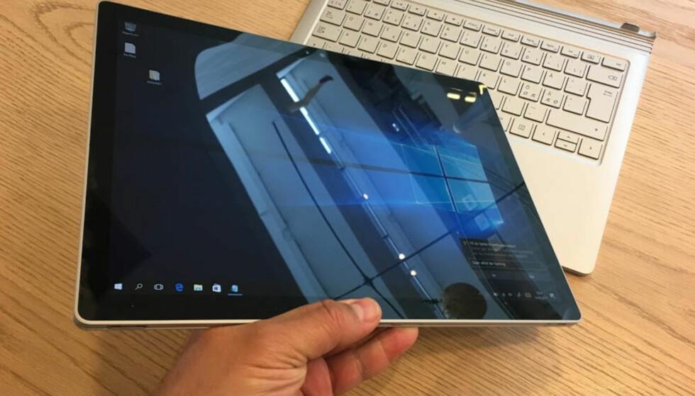 TO I EN: Et trykk på en tast, så kan du løfte av skjermen og fortsette å jobbe med penn eller fingertuppene. Foto: Bjørn Eirik Loftås