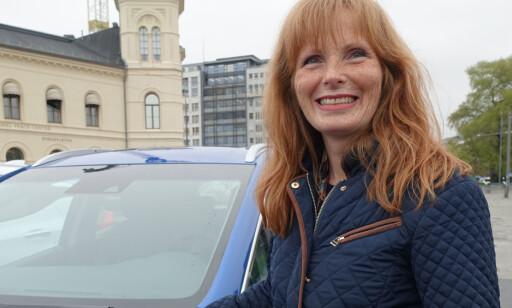 Bestilte 16. september: Bente Østreng er fornøyd med å kunne pendle til hytta i Sverige med elbil. Foto: Fred Magne Skillebæk