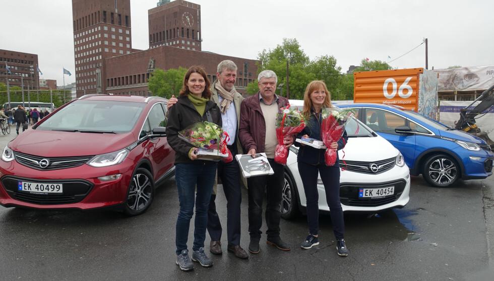 NYE BILEIERE: I dag ble de første Opel Ampera-e levert til sine nye eiere. F.v: Turid Høiem, administrerende direktør Bernt G. Jessen i Opel Norge, Helmer Teksdal og Bente Østreng. Foto: Fred Magne Skillebæk