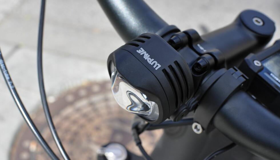LYS-LUKSUS: Få sykler blir levert med Lupine-lys foran. Kanskje er det billigere å kjøpe det etterpå. Foto: Tore Neset