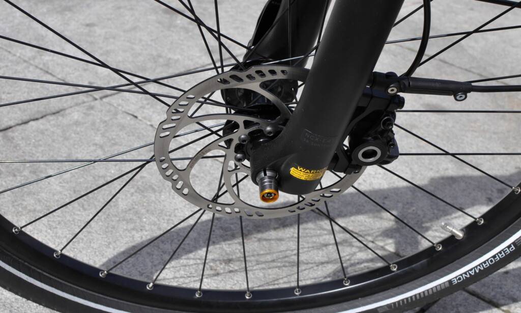 TRYGG STOPP: Felg- og navbremser er ikke tingen på elsykler. Skrivebremser er best. Foto: Tore Neset.