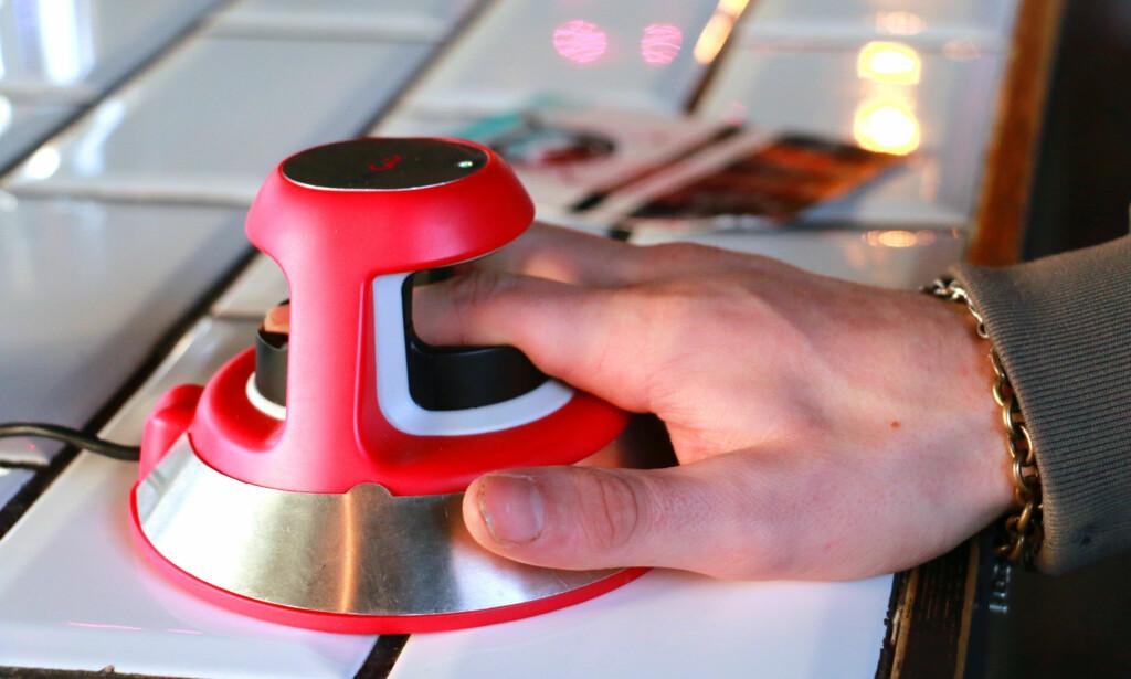 NEI, DET ER IKKE FINGERAVTRYKKET DEN LESER: En rød laser gjennomlyser fingeren og måler venestruktur og blodgjennomstrømning. Foto: Berit B. Njarga