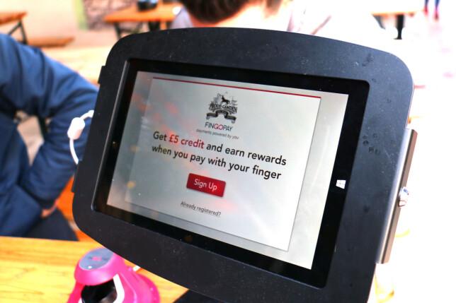 BELØNNING FOR Å BRUKE FINGEREN: Alle kunder ved Proud Camden som bruker Fingopay som betalingsmåte, får 10 prosent rabatt på alle kjøp. I tillegg får du en innmeldingsbelønning på 5 £. Foto: Berit B. Njarga