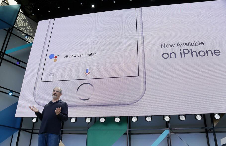 NÅ FÅR SIRI KONKURRANSE: Google har lansert sin Assistant-tjeneste for iOS, men foreløpig kun for amerikanske brukere. Foto: Eric Risberg / TT / NTB Scanpix