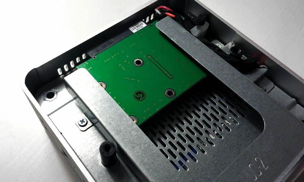 PÅ PLASS: Her har vi skjøvet adapteret med SSD-en på plass i sporet i vår Intel NUC. Foto: Bjørn Eirik Loftås