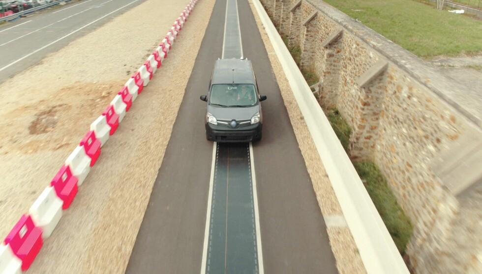 BEGGE VEIER: På denne 100 meter lange teststrekningen har Qualcomm, Vedecom og Renault vist at det er mulig å lade bilen dynamisk i begge retninger, to biler samtidig og med alle typer føre. Foto: Renault