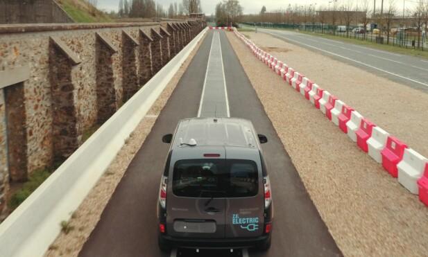 SLUTT PÅ REKKEVIDDEANGST: Den dagen slik teknologi for omfattende utbredelse, vil elbiler i vanlig trafikk kunne lades trådløst, i fart, på dedikerte strekningen, som denne testveien i Versailles i Frankrike. Foto: Renault