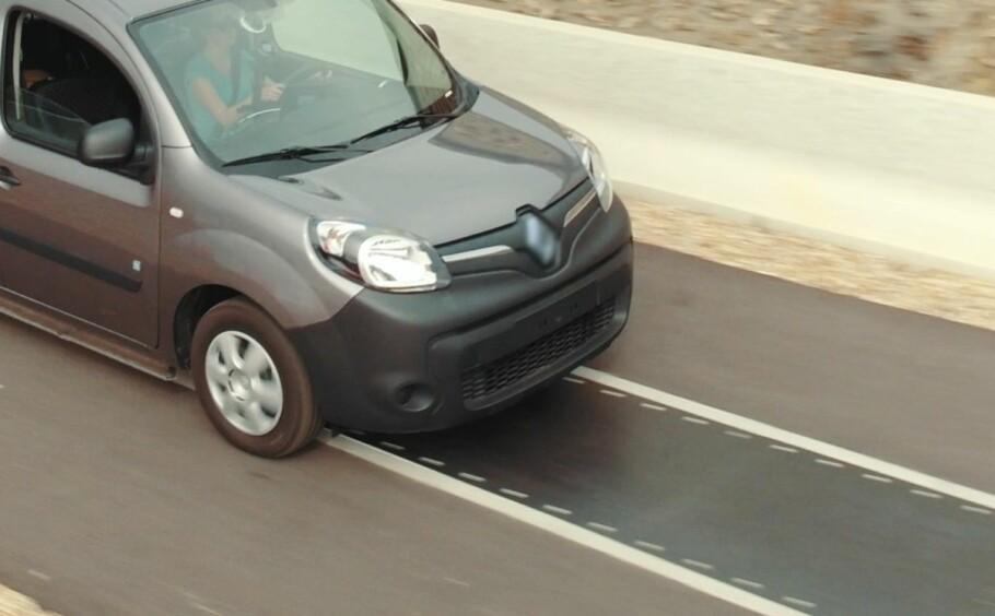 LADES MENS DEN KJØRES: 18. mai foretok Renault en demonstrasjon av trådløs lading av elbil (her en Renault Kangoo Z.E.), under kjøring. Det såkalte DEVC-systemet kan lade opptil 20 kilowatt i en hastighet på 100 kilometer i timen. Foto: Renault