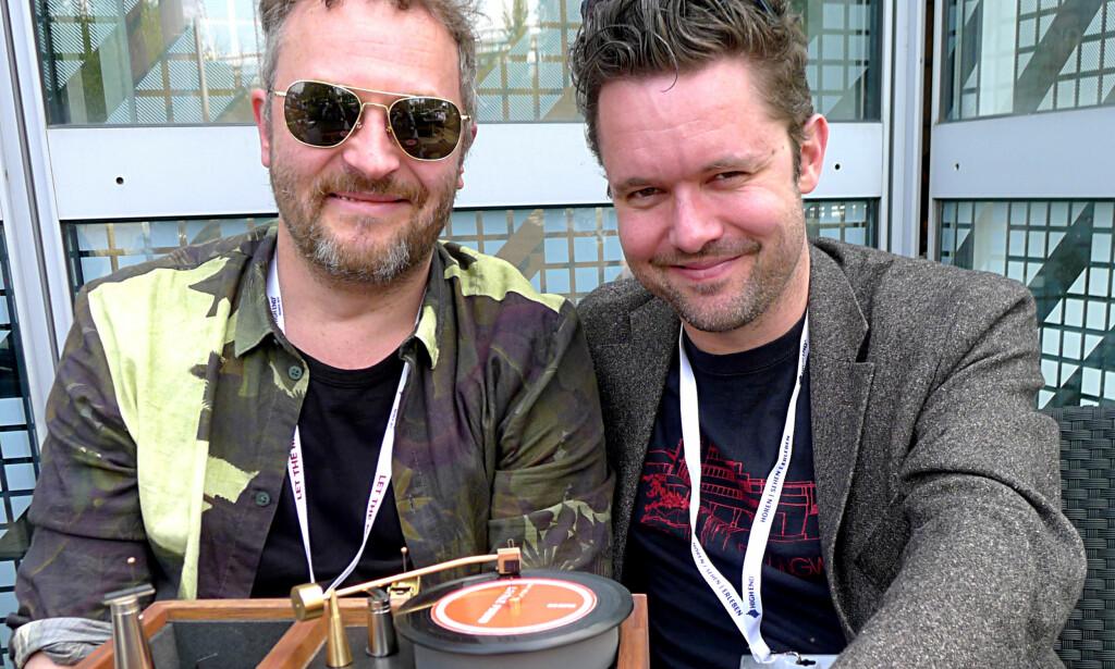 SKRINET MED DET RARE I: Lasse Gretland (til venstre) og Marius Sundsåsen bruker en miniatyrspiller for å demonstrere armløfteren. Foto: Tore Neset