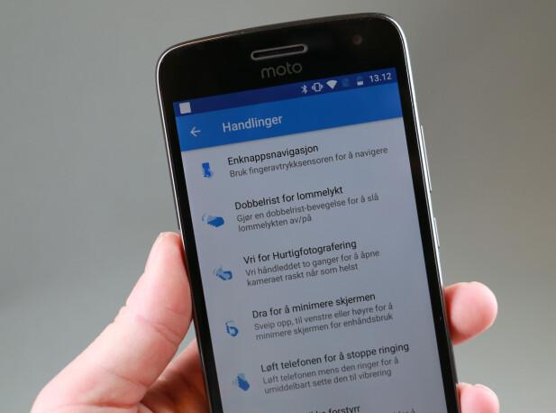 SNARVEIER: I Moto-appen kan du aktivere en del smarte snarveier. Selv liker vi godt å kunne flikke to ganger på håndleddet for å starte kameraet. Foto: Pål Joakim Pollen