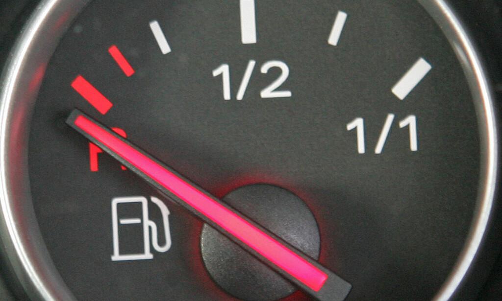 TOM TANK? Når varsellampa lyser og pila peker på tom drivstofftank får det oss til å svette. Hvor langt kan kan man egentlig kjøre i denne situasjonen? Foto: Reuters/Toby Melville