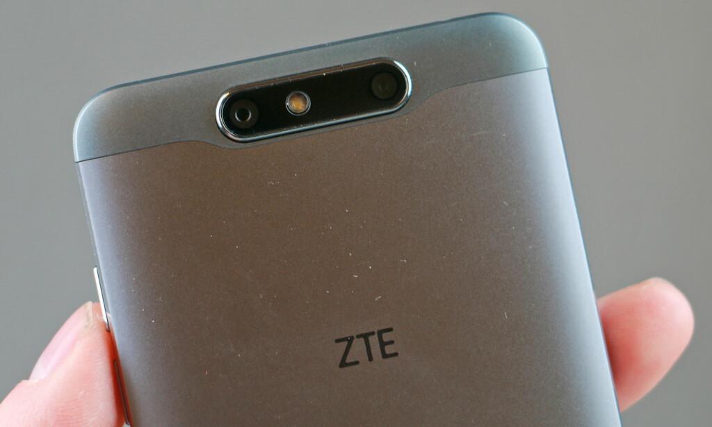 TO BAK: ZTE Blade v8 er blant telefonene som har to kameraer på baksiden. Med dem kan du ta 3D-bilder eller bilder med forfalsket uskarphet. Foto: Pål Joakim Pollen