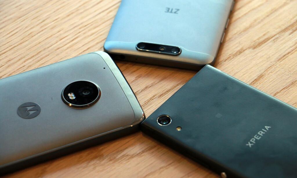 TREKLØVER: Disse tre telefonene koster alle under 3.000 kroner – vesentlig mindre enn toppmodellene. Foto: Pål Joakim Pollen