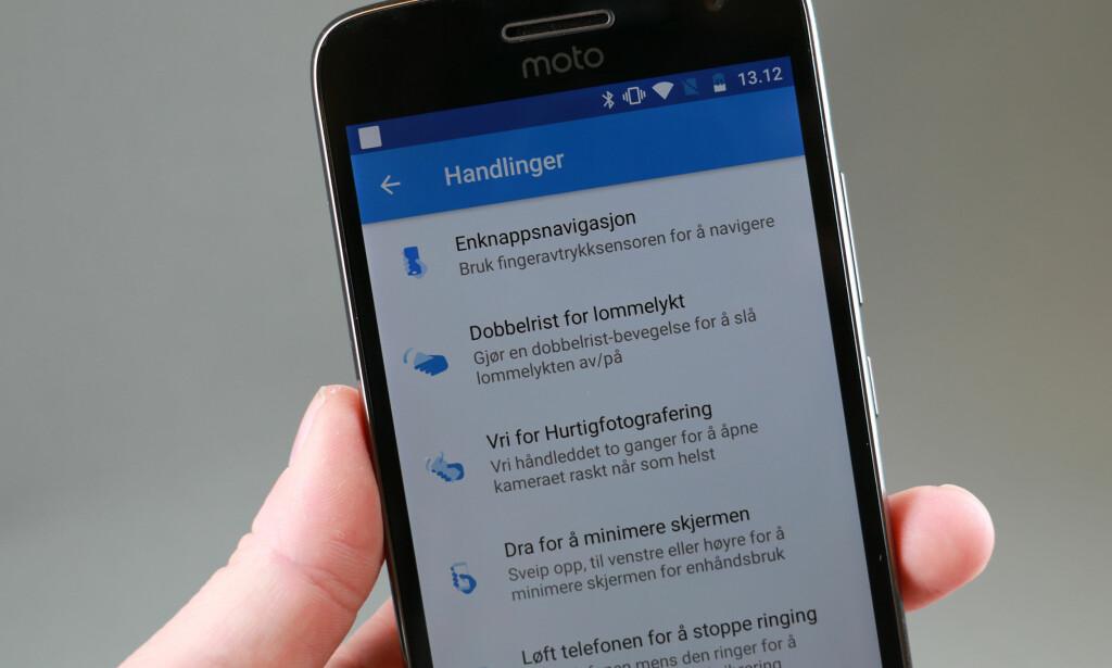 SMARTE TRIKS: Motorola lar deg flikke to ganger på håndleddet for å starte kameraappen, eller dra fingeren opp fra bunnen av skjermen for å forminske bildet. Foto: Pål Joakim Pollen