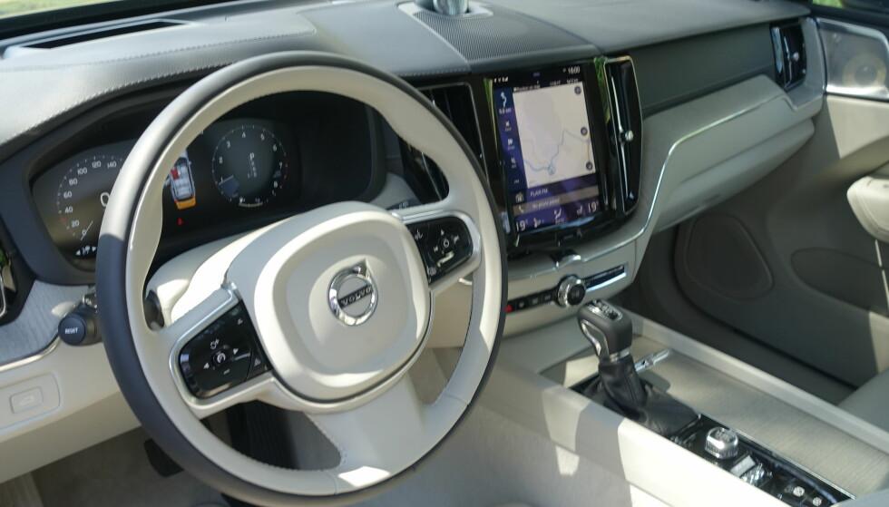 GJENKJENNELIG: Førermiljøet holder samme nøkternt-elegante stil som i de øvrige modellene Volvo har lansert de siste tre årene og stor skjerm på høykant er på plass. Foto: Fred Magne Skillebæk