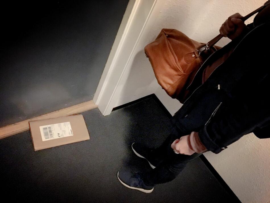 ENSOM OG FORLATT: Her lå pakka vi venta på. Utenfor døra i oppgangen. PostNord mener dette ikke er noe problem, og at kunder som opplever at pakker forsvinner må ta det opp med butikken. Foto: Ole Petter Baugerød Stokke