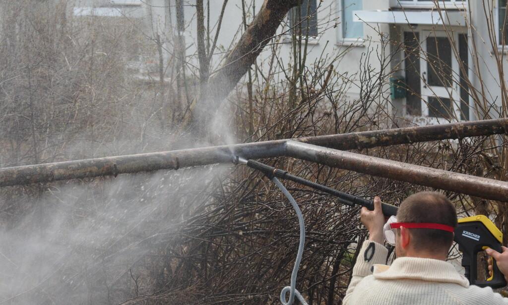 ALDRI MER RUST: Invester i et sandvaskesett og du vil aldri mer måtte se på rust i hagen. Foto: Content Aller Media