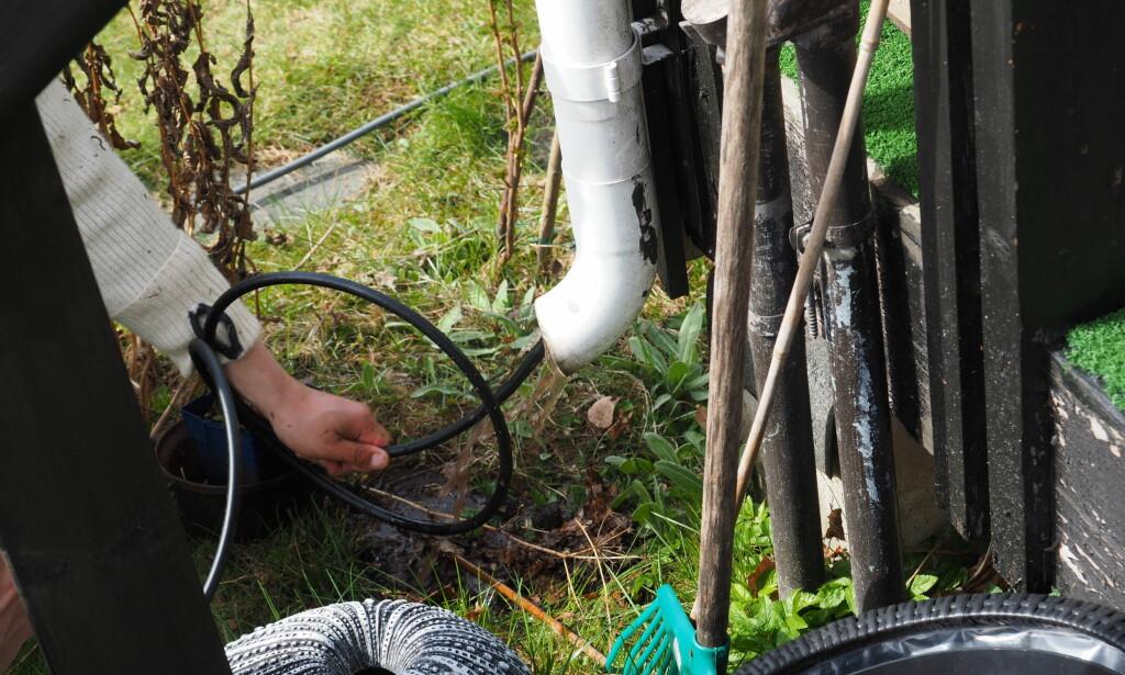 RENE RENNER: Glem hageslangen, ønsker du å spare tid og få et ordentlig resultat bruker du et rørrengjøringssett neste gang du skal vaske takrennene. Foto: Content Aller Media