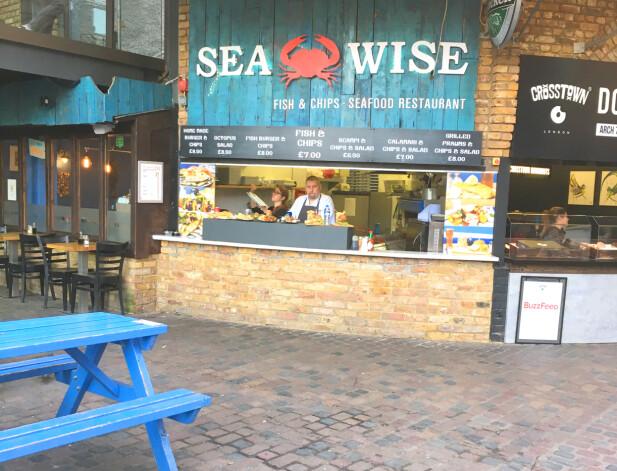 HALV PRIS PÅ FISH AND CHIPS: På Camden Market finner du mange forskjellige matboder med mange ulike retter; fra Fish and chips som her - til smørbrød, pølser, asiatiske retter, pizza og pannekaker. Her kan du få Fish and chips for 7 pund - mot 15 pund på restauranten Mayfair ved Oxford Street. Foto: Kristin Sørdal