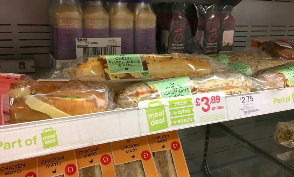 MEAL DEAL: Pakkeløsninger med valgfri drikke, sandwich eller baguette og en snack (sjokolade eller nøtter/chips) er en billig løsning: Du får dem både på apoteket, kioskene og butikkene. Pris: 3-4 pund for full pakke! Foto: Kristin Sørdal