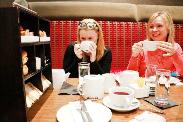 AFTERNOON TEA TIL LAVPRIS? Du kan få rabatt på erkebritiske Afternoon Tea dersom du bestiller via nettsider som gir deg rabatt. Dinside testet det - og med 30 prosent rabatt slapp vi unna med å betale 14,35 pund per hode. Men NB: Du blir ikke stappmett av dette - her er det mest søtsaker og mindre mat som metter. Foto: Berit B. Njarga