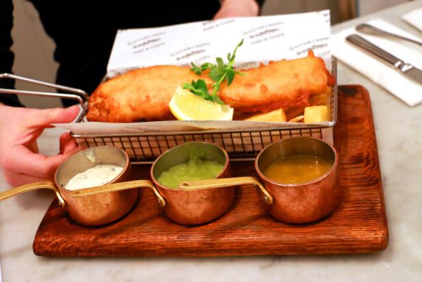 DET BLIR IKKE MER BRITISK ENN DETTE: Fish and chips på Mayfair Chippy, en av Londons beste restauranter ifølge TripAdvisor. Denne herligheten koster 15,75 pund, og det er det verdt. Og ja, her blir du stappmett! Foto: Berit B. Njarga