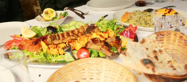 MYE MAT: På restauranten Iran får du mat du deler på alle rundt bordet, og også her får du MYE mat, så tenk å det før du bestiller altfor mange retter. Regn med 30 pund per hode til middag. Foto: Kristin Sørdal