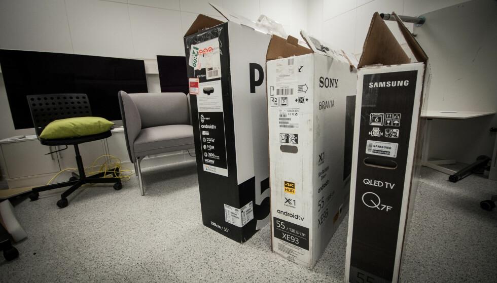 STØRST: Philips har den største esken. Selve TV-en er pakket i en eske inni den ytterste esken. Samsungs emballasje tar minst plass. Foto: Gaute Beckett Holmslet