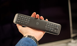 TOSIDIG: Fjernkontrollen har tastatur på baksiden. Foto: Gaute Beckett Holmslet