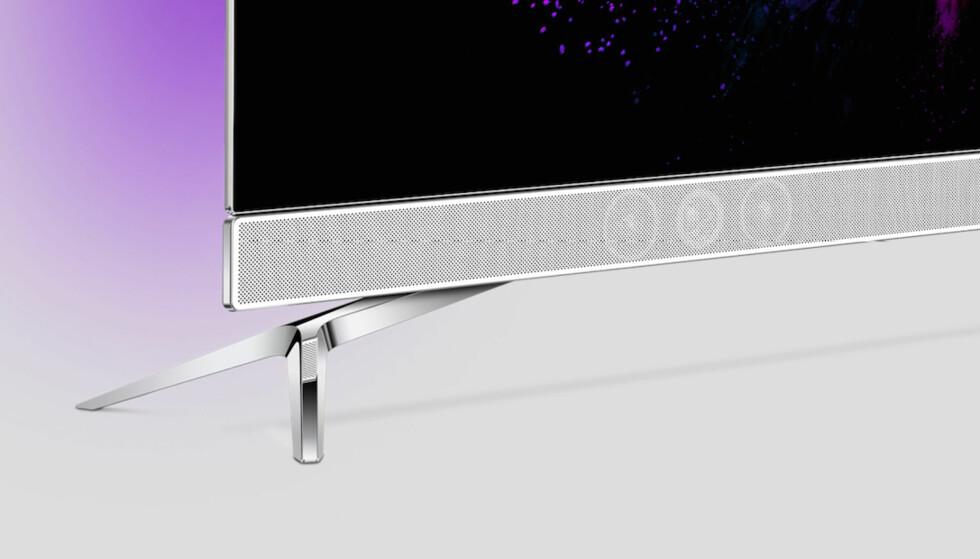 PENT? Det er sikkert smak og behag, men vi synes Philips med fordel kunne droppet lydplanken. De har tydeligvis tenkt det samme, for på kommende OLED-modell er den borte. Foto: Philips