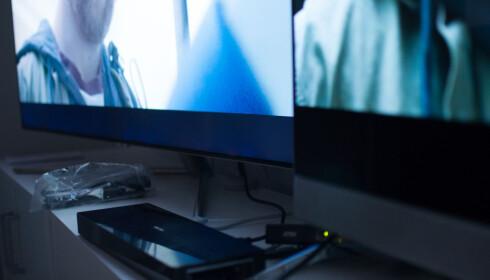 SORT-ISH: Godkjent sortnivå på Q7 (venstre) sammenlignet med LED, men Samsungs selvutnevnte QLED-konkurrent er OLED, til høyre i bildet. Foto: Gaute Beckett Holmslet