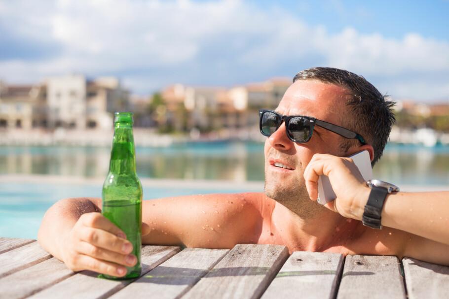 ENKLERE SOMMERFERIE: Skal du ut og reise i Europa i sommer, går du sannsynligvis en enklere ferie i møte. Med fri roaming i EØS kan du bruke mobilen som i Norge, til både ringing og surfing. Men reglene har sine begrensninger du bør vite om. Foto: Shutterstock / NTB Scanpix