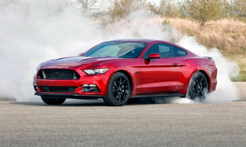 KLASSISKE BILER: Ford Mustang, her i 2016-versjon, har forandret seg mye fra første generasjon til i dag. Foto: Ford